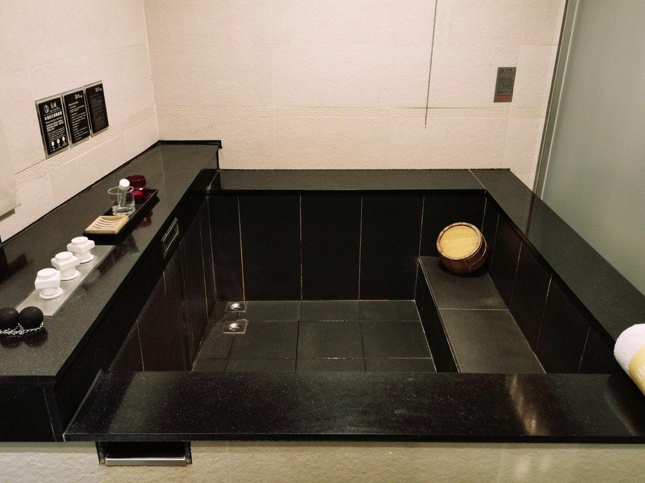 漾館時尚溫泉飯店每一間客房內皆有溫泉池可供泡湯使用,空間可同時容納2位成人。記者...