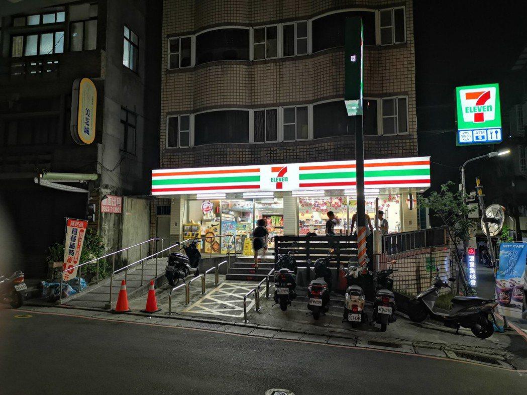 漾館時尚溫泉飯店正對面就是便利商店7-Eleven,旅客採買便利。記者韓化宇/攝...