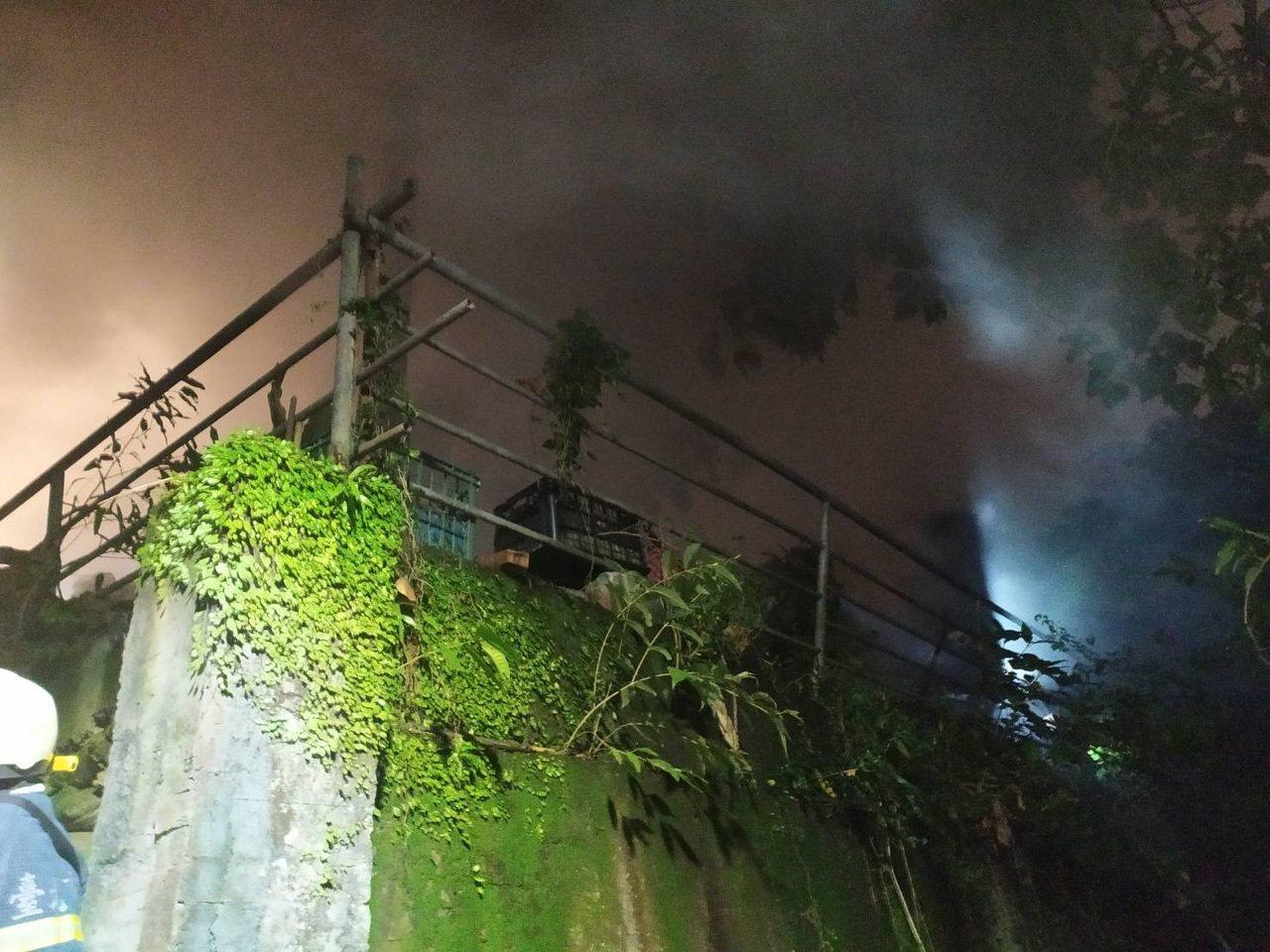 北市士林區中山北路上一處工寮,今天晚上近10時火警。記者蔡翼謙/翻攝