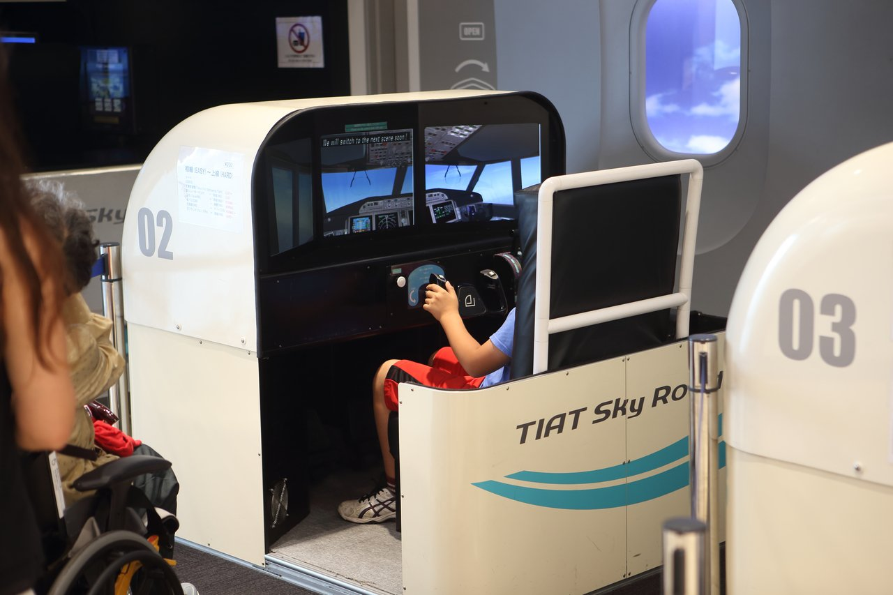 透過模擬飛行設施,能夠輕鬆一圓機師夢。記者陳睿中/攝影
