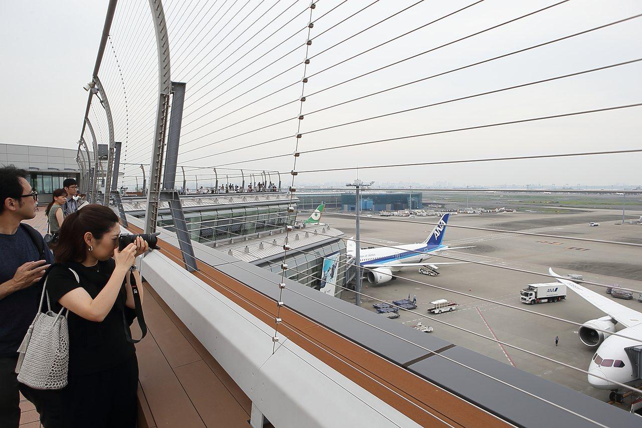 觀眾可以近距離觀賞飛機、機場工作車輛。記者陳睿中/攝影