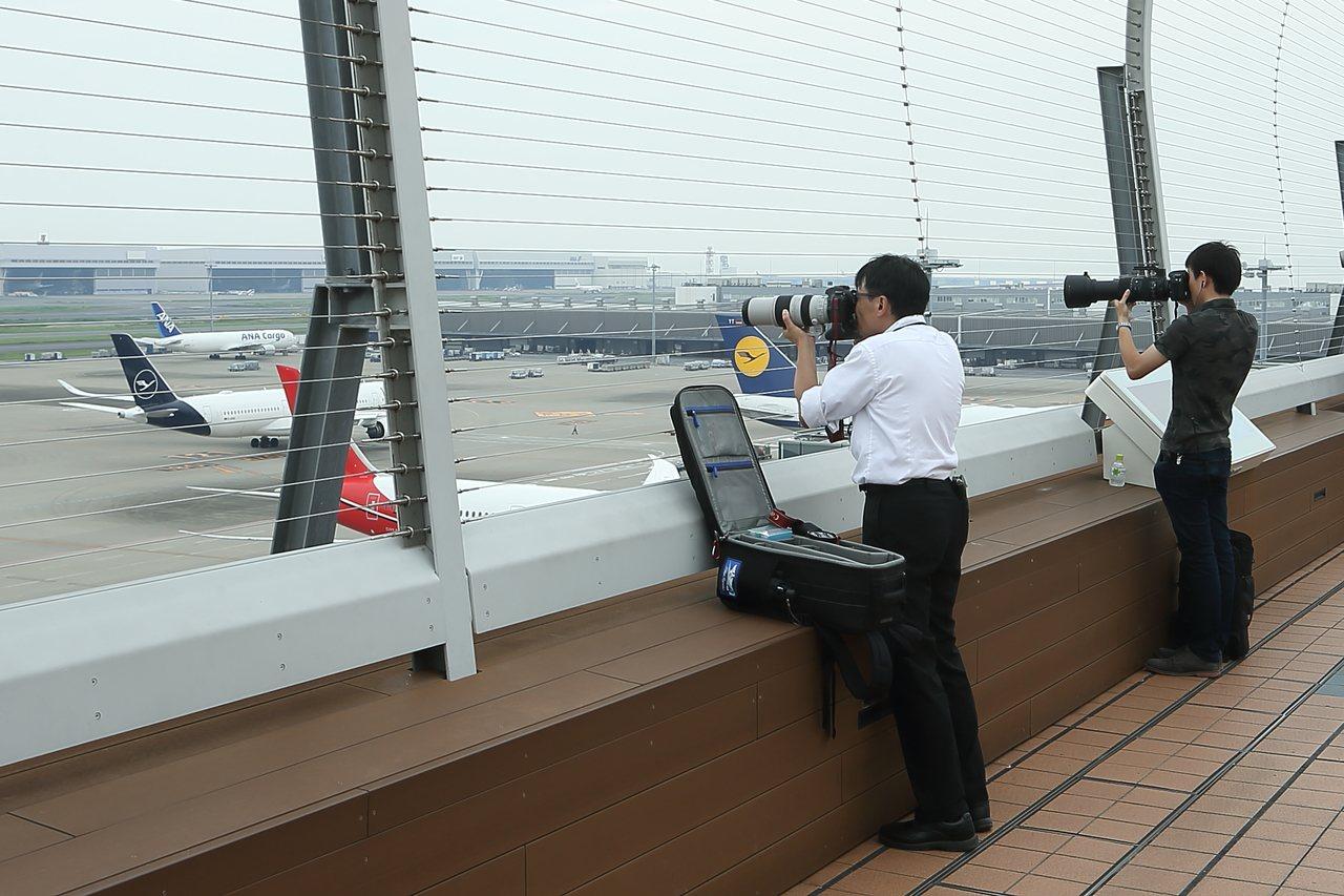 許多航空迷、攝影迷都會專程攜帶長鏡頭前來拍攝。記者陳睿中/攝影