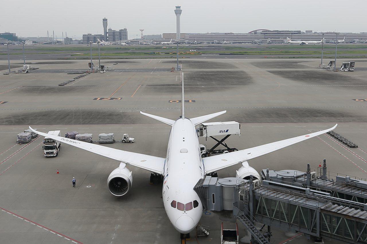 少了玻璃隔閡,可以輕鬆拍出飛機美照。記者陳睿中/攝影