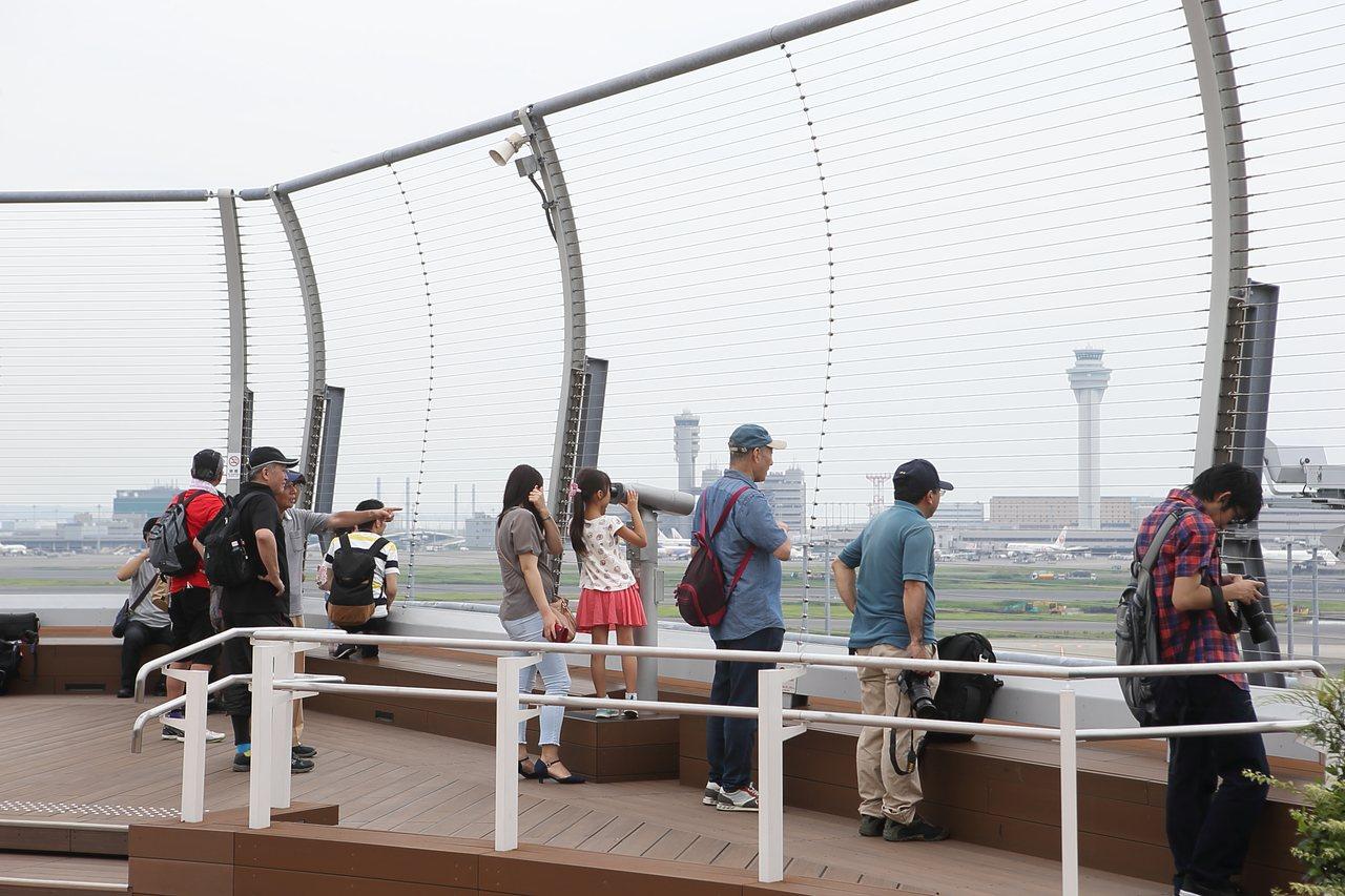 位於國際航廈5樓的觀景台,總是吸引許多民眾前來賞飛機。記者陳睿中/攝影
