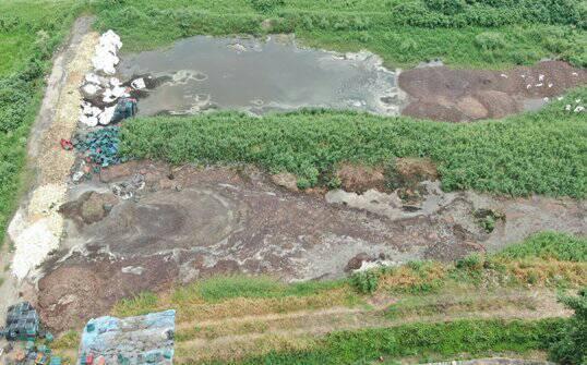 彰化縣芳苑鄉又查獲大片農地被不法業者亂倒事業廢棄土物。空拍照/彰化地檢署提供