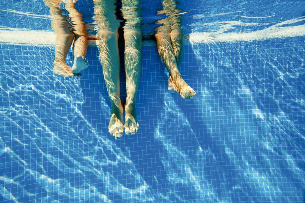 研究團隊蒐集2014年中3個月的泳池水質樣本,經過分析,以其中一個取樣泳池,水量...