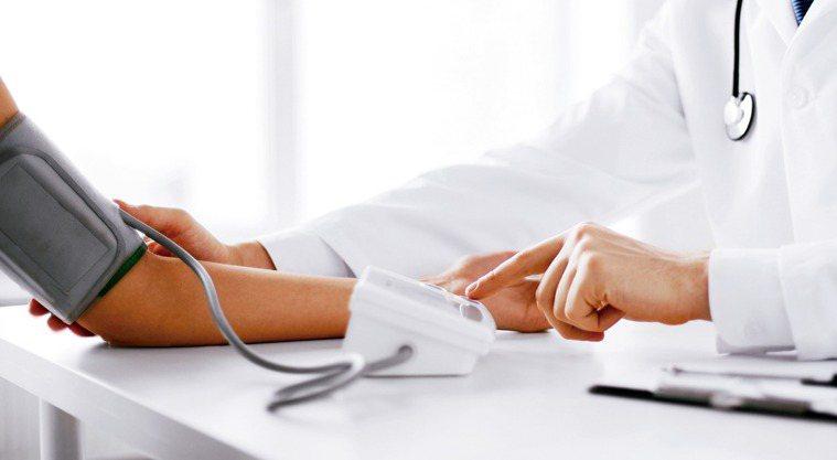 很多人有所謂的「白袍高血壓」,到醫院門診量血壓總是飆高,回家測量卻正常。這類因心...