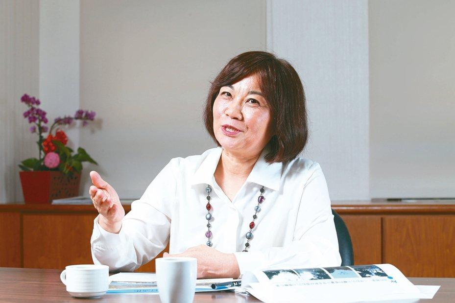 國發會主委陳美伶說明,過去有很多外國專業人才欲來台工作卻因法規受阻。 記者許正宏/攝影