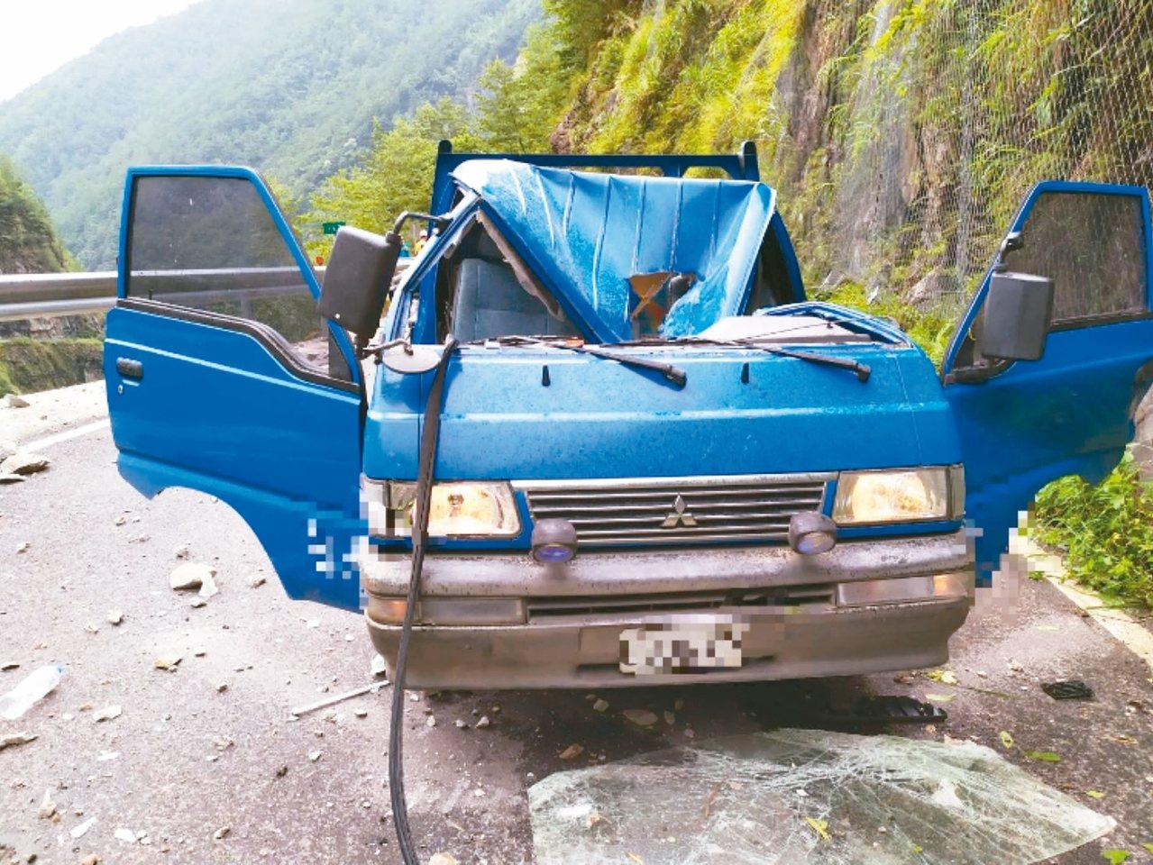 台8臨37線中橫便道17.2公里處昨掉落40公斤巨石,砸到便道施工車,駕駛當場死...