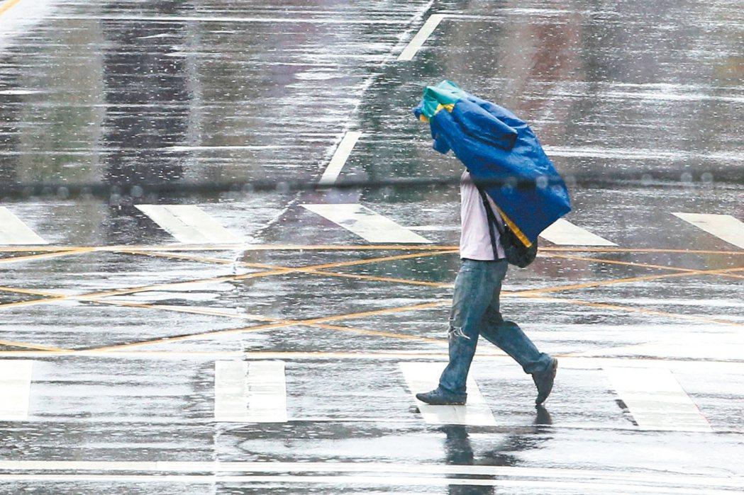 雙北昨天下起大雷雨,氣象局提醒民眾今仍需注意瞬間大雨、雷擊、強陣風。 記者葉信菉...