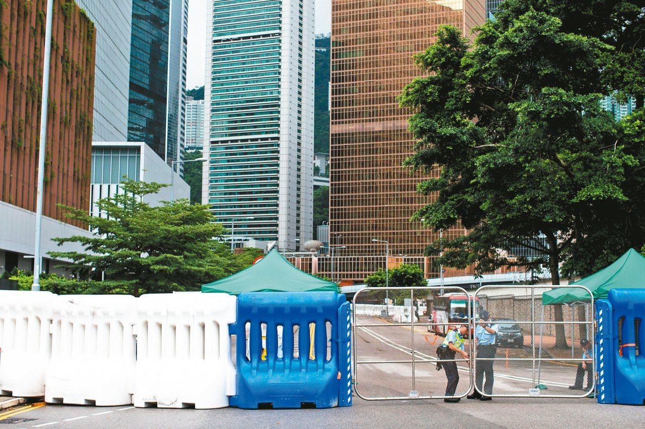 香港民陣發起七二一反修例大遊行,香港警方如臨大敵,金鐘政府總部前的道路已部署巨大...