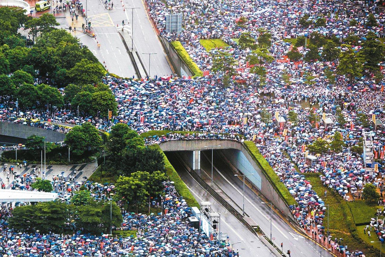 香港建制派昨發起「守護香港」、支持警察的集會,據稱有卅一萬人參加。 (法新社)