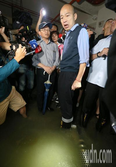 高雄市長韓國瑜昨天臨時安排行程,到苓雅區一棟大樓視察地下室淹水情況,親自涉水察看...