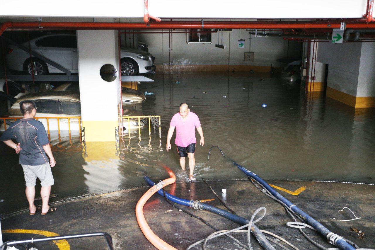 前天大雨,高市苓雅區一棟大樓地下室進水,幾十部車輛全成泡水車。 記者劉學聖/攝影