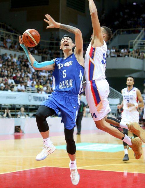 中華藍劉錚(左)快攻上籃時製造菲律賓隊球員犯規。記者余承翰/攝影 余承翰