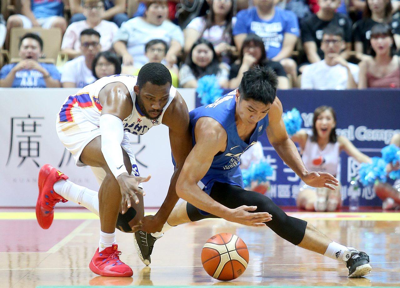 中華藍周柏臣(右)撲倒在地奮力與菲律賓隊球員搶球。記者余承翰/攝影 余承翰
