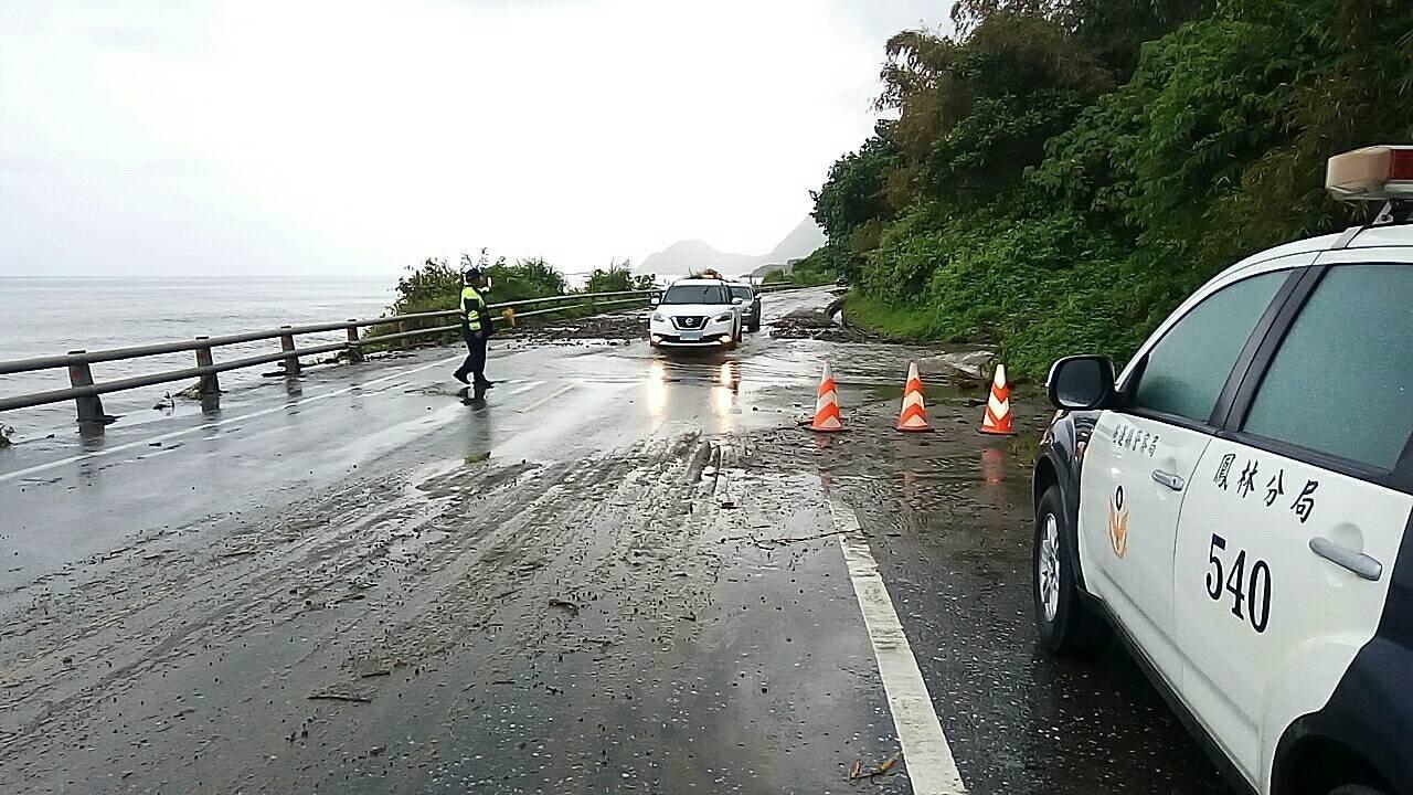 花蓮台11線56公里處因土石崩落,鳳林分局員警在現場交通管制。圖/鳳林警分局提供