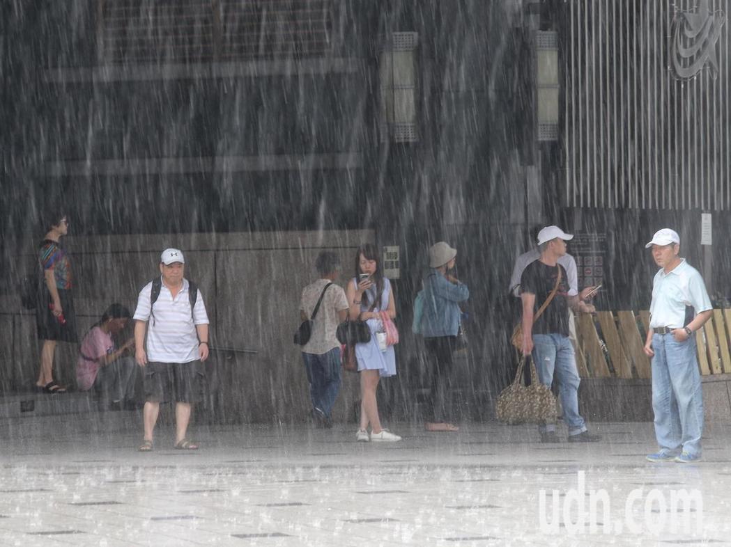 中央氣象局發布十二縣市豪、大雨特報。聯合報系資料照