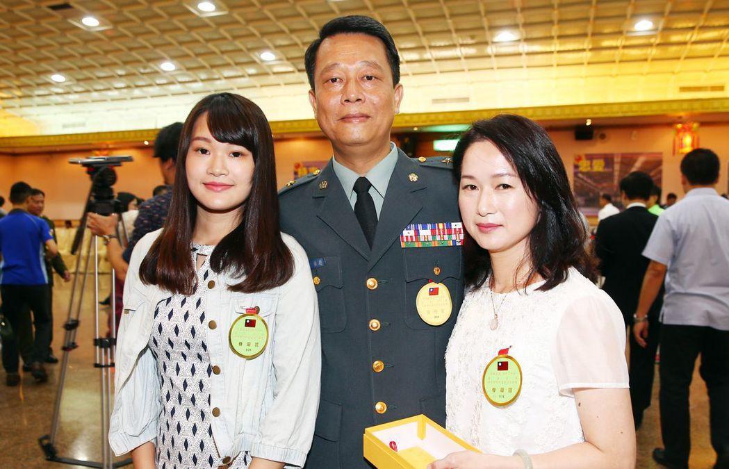 106年度下半年度將官晉任典禮,時任總統府警衛室主任的曾維聰少將,與夫人、女兒開...
