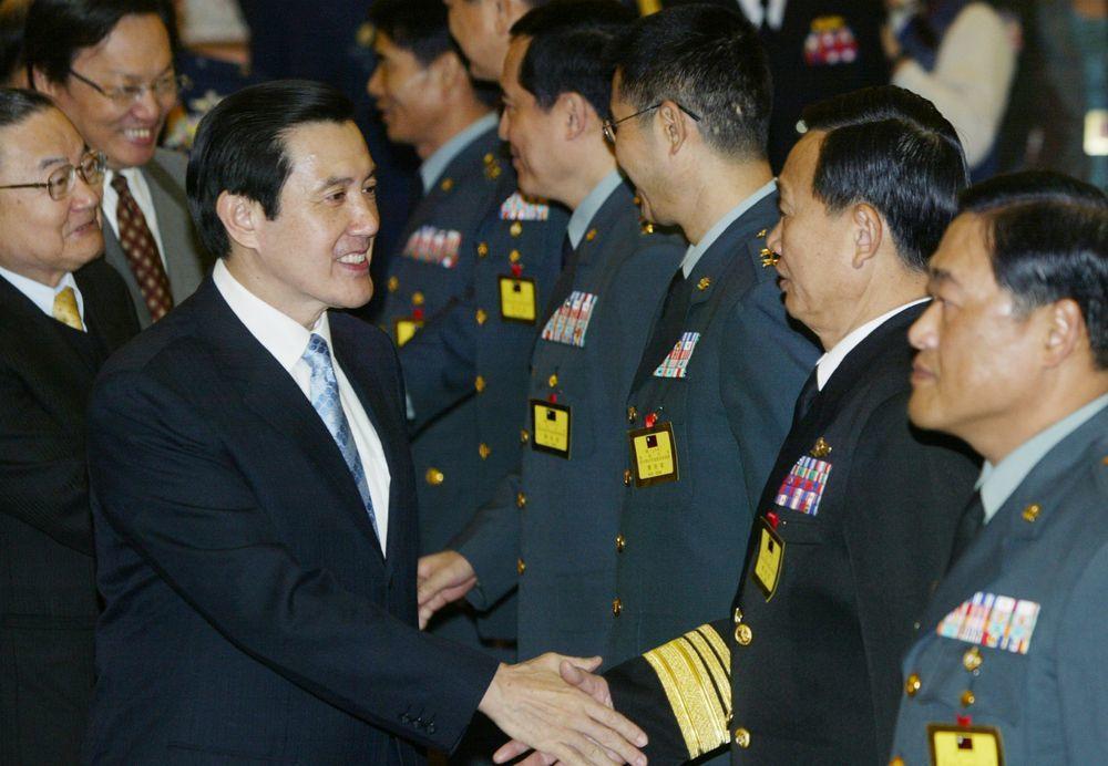 馬英九任總統時(左三)參加國軍98年上半年度將官晉升布達授階典禮,馬英九與將官們...