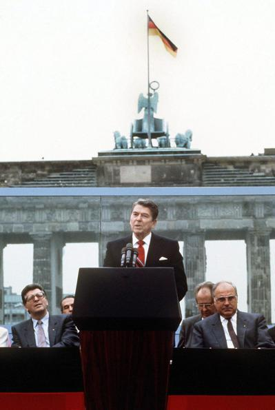 雷根訂立的對蘇政策以終結冷戰為目標,圖為1987年他在柏林布蘭登堡門前發表演說向...