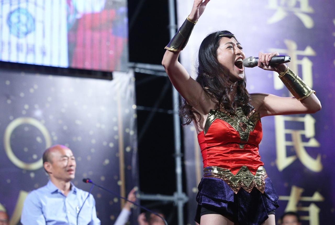 立委許淑華(右)以「神力女超人」裝扮爆紅,常擔任韓國瑜造勢活動主持人。 圖/聯合...