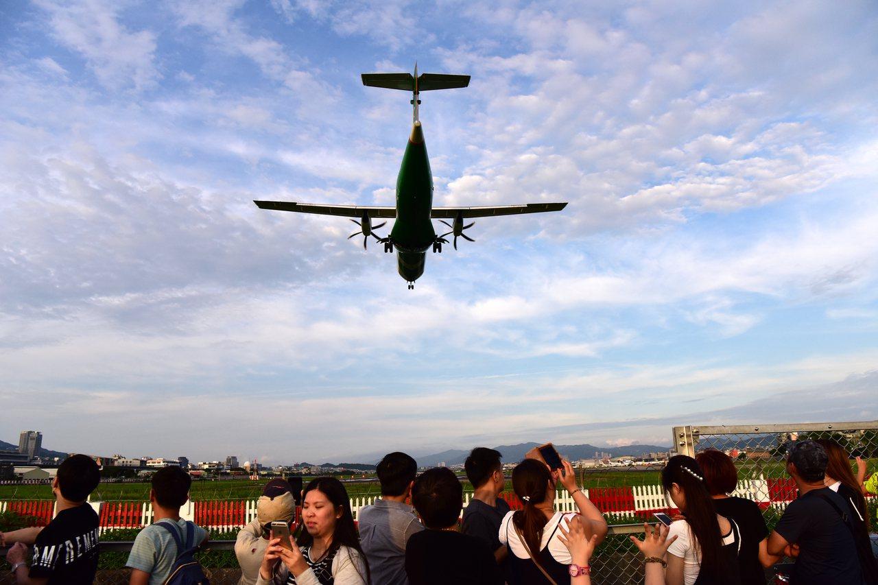 遊客到台北松山機場附近近距離觀看、拍攝飛機,享受休閒美好時光。新華社