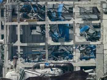 河南義馬氣化廠爆炸威力驚人,也對工廠周圍約兩公里的街區房屋造成損壞(中新社)。
