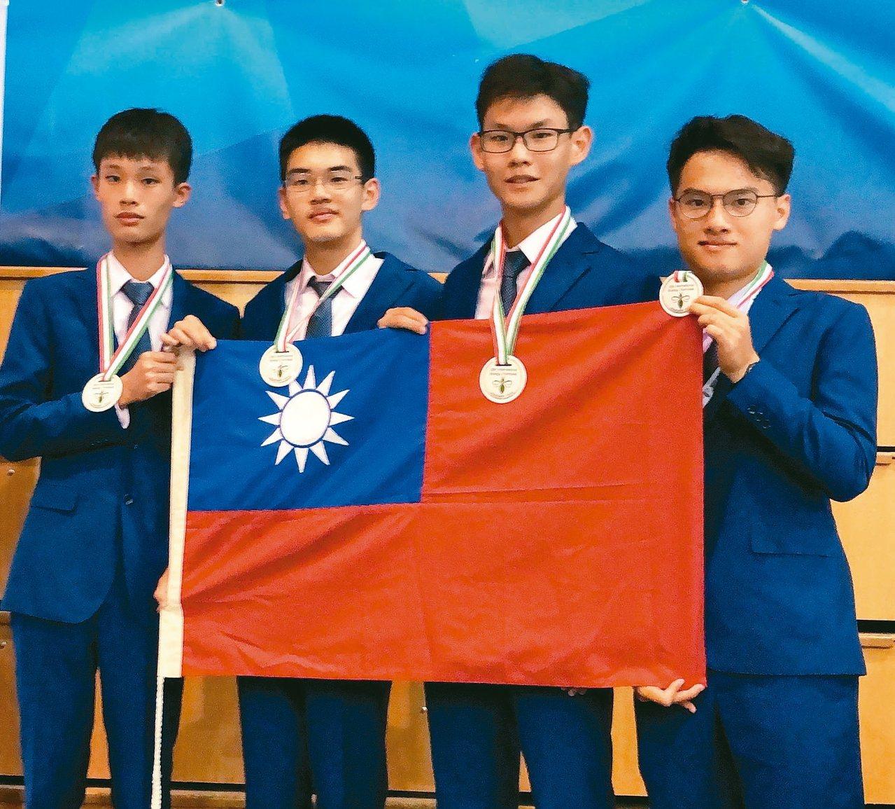 第30屆國際生物奧林匹亞競賽代表我國參賽的4名學生朱奕帆(左起)、曾治蓁、李祥宇...
