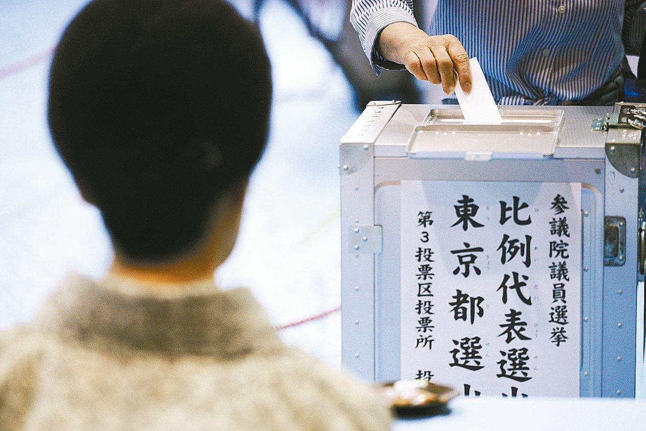 日本參議院半數席次改選21日投票,選民在東京一個投票所內投票。 美聯社