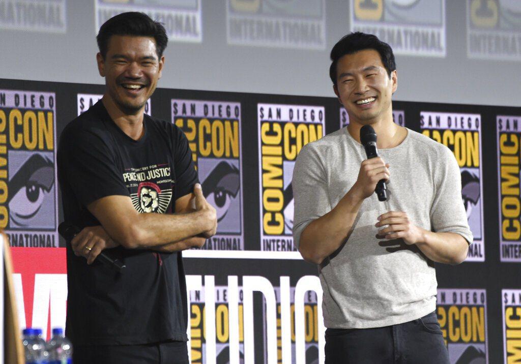 漫威電影《上氣》男主角劉思慕(右),以及導演德斯汀克雷頓(左)。 圖/美聯社