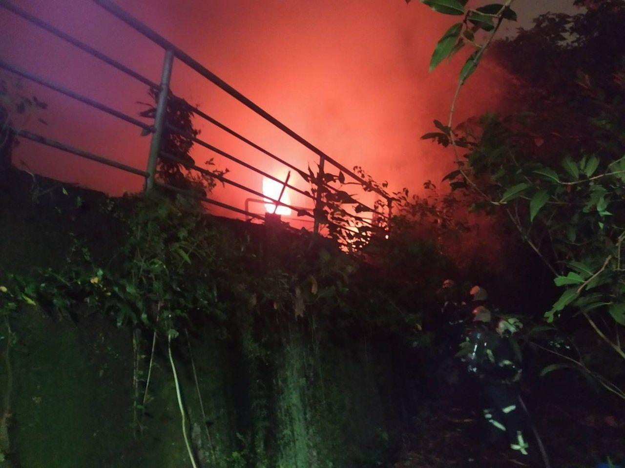 台北市中山北路四段一處宮廟旁民宅,今年近10點發生大火,警消趕抵現場救出一名老婦...