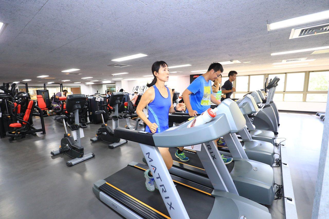 中部民眾過去熱愛夜間路跑,近年空汙加劇,運動人口逐漸轉往室內健身房、國民運動中心...