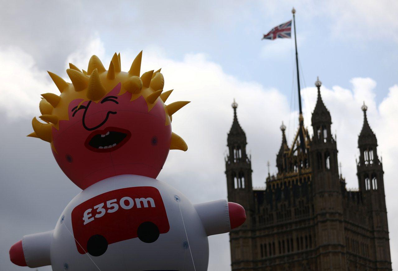 英國數千名民眾走上街頭抗議脫毆及強生,並且製作強森寶寶氣球表達不滿。路透