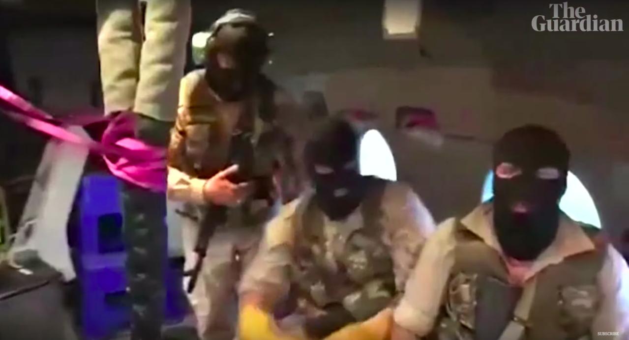 伊朗革命衛隊的武裝人員戴著面罩,準備垂降英國油輪「史丹納帝國號」。圖截自YouT...