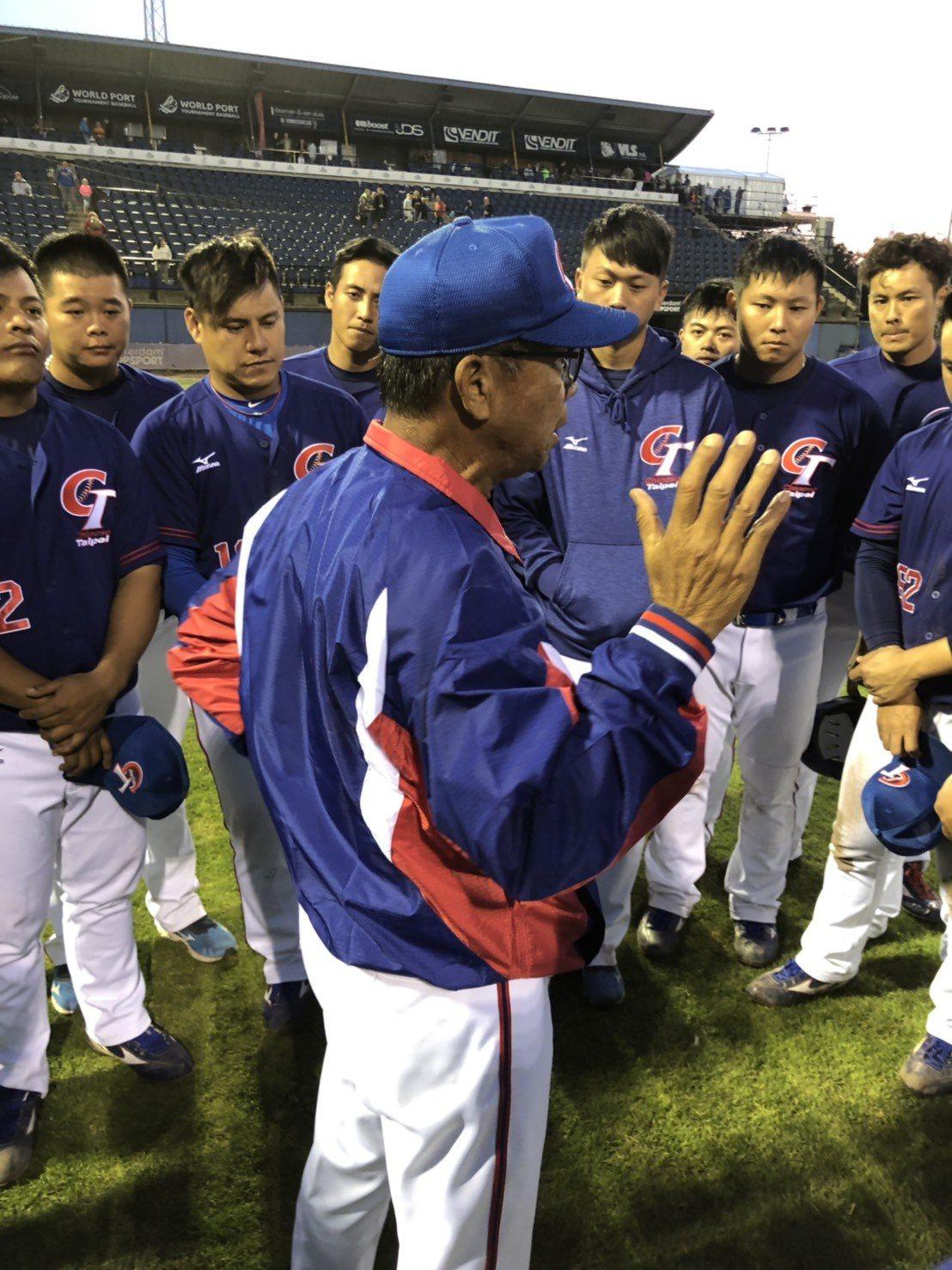 李盈南總教練賽後勉勵球員。圖/中華棒協提供