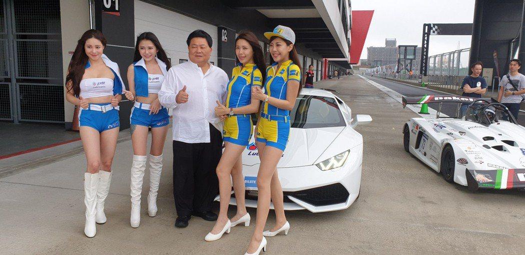 「標哥」顏清標今年參加賽車活動,和showgirl合照。本報資料照片
