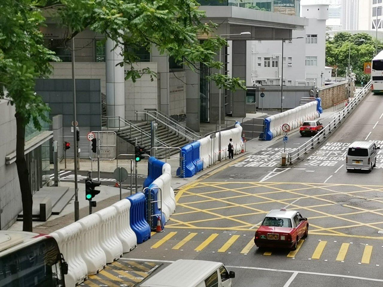民陣再發起反修例遊行,多處包括警察總部外已擺放大型水馬加強戒備。取自香港電台