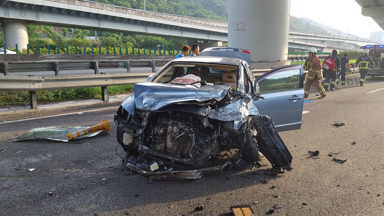 國道一號泰山路段今天清晨發生轎車自撞護欄車禍。記者林昭彰/翻攝