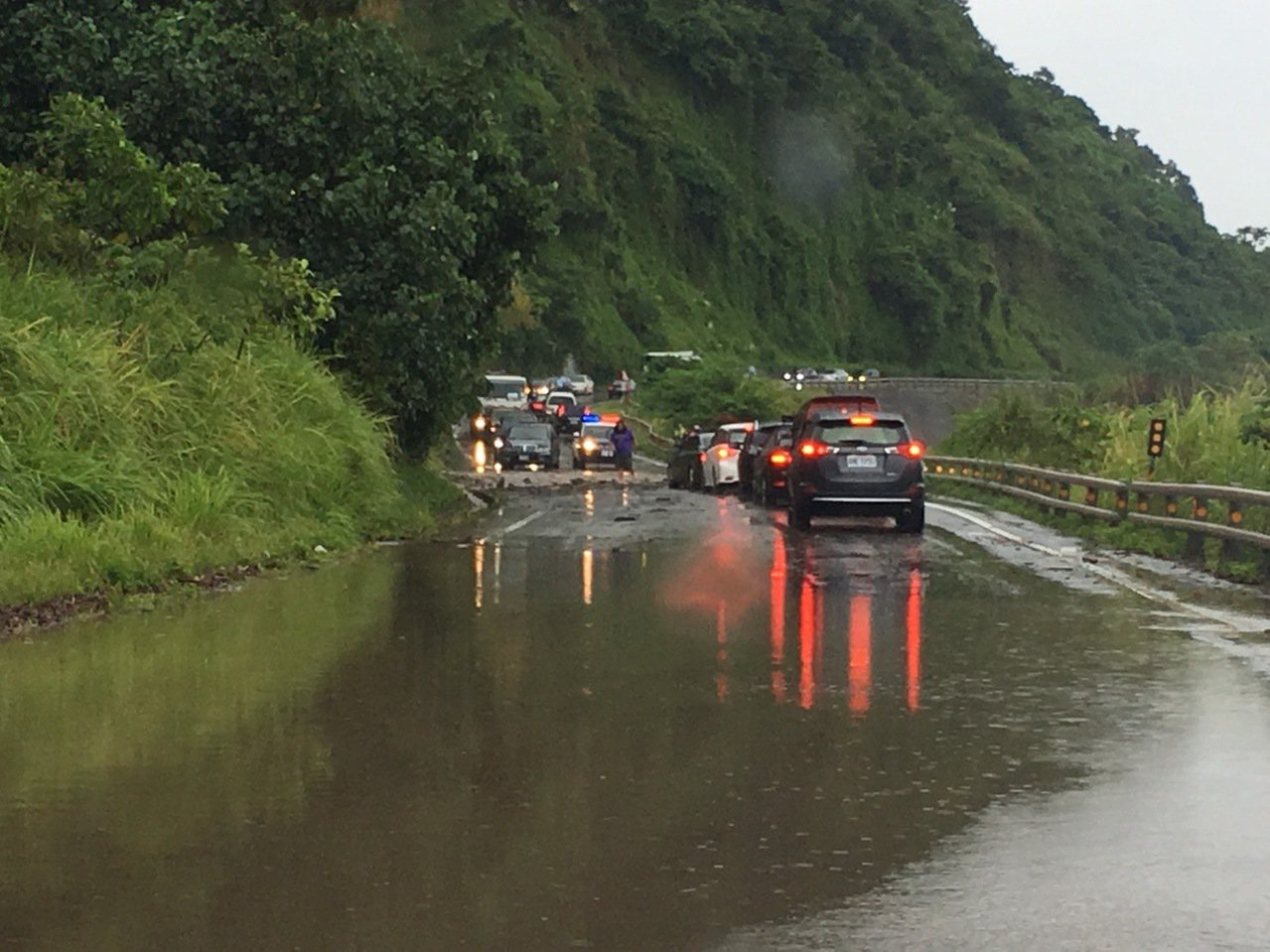 台11線52公里處因豪雨造成土石崩落。圖/翻攝宜花東路況資訊臉書