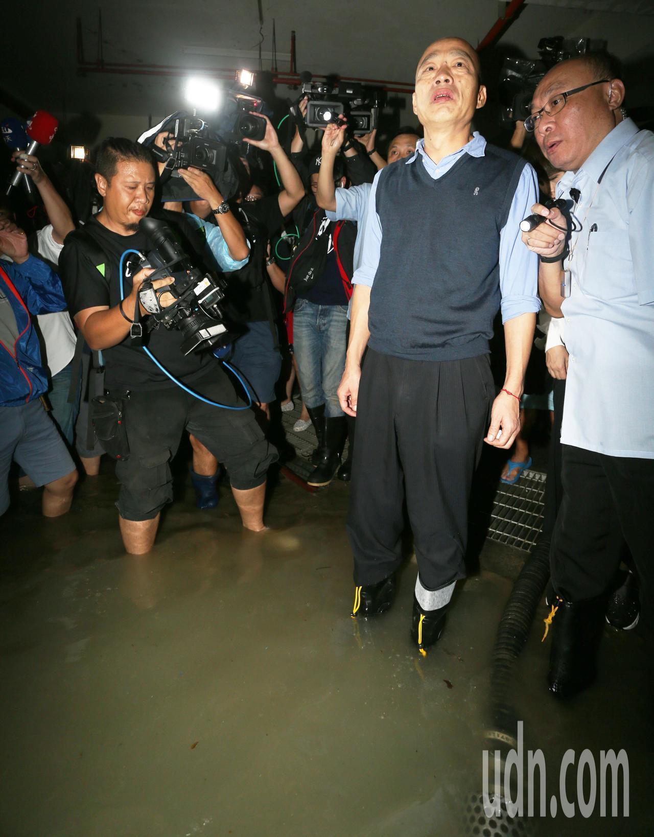 高雄暴雨,多處淹水,高雄市長韓國瑜昨天到苓雅區一棟大樓視察地下室淹水情況,他還親...