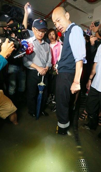 高雄市長韓國瑜(右)前往苓雅區大樓視察地下室淹水情況。 記者劉學聖/攝影