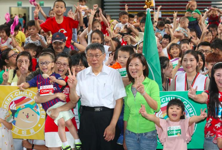 台北市長柯文哲日前出席獺獺盃團圓派對暨親子館聯合運動會,與民眾家長、小朋友,熱烈...