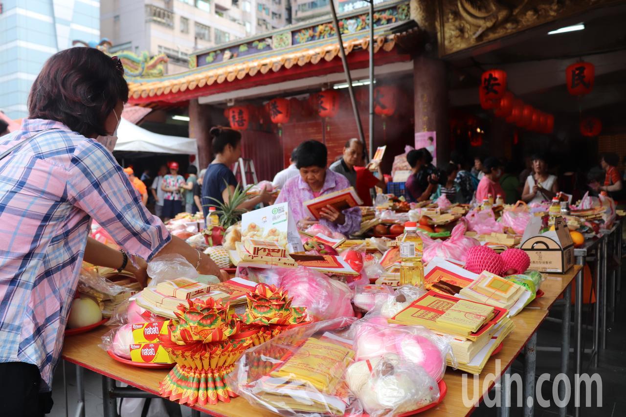 板橋接雲寺為當地居民生活、信仰、祭祀的重心,每年觀音媽聖誕、成道、出家紀念日以及...