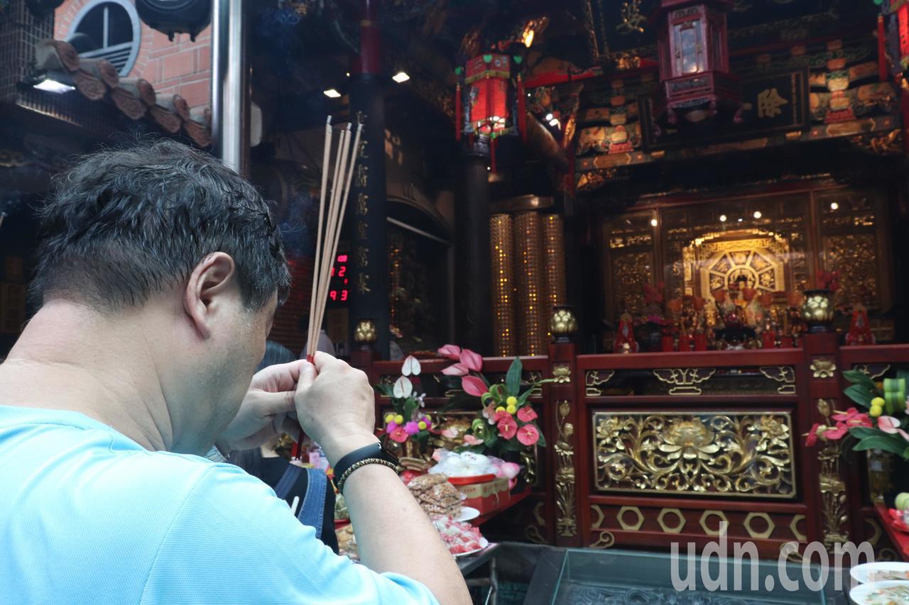 擁有163年歷史的板橋接雲寺,信徒眾多香火鼎盛。記者胡瑞玲/攝影