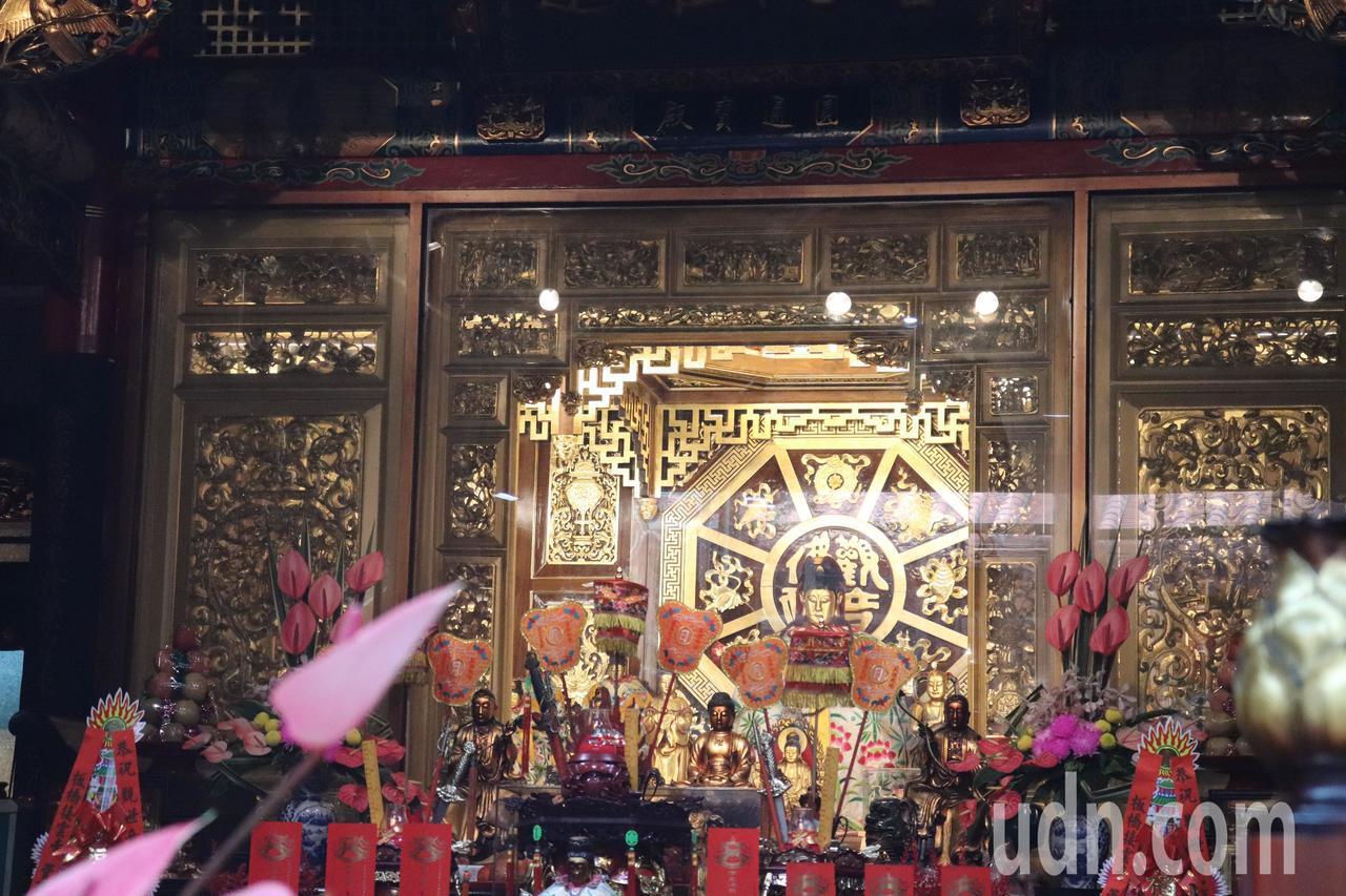 雍正年間創立的慈雲巖因漳、泉械鬥而巖毀於戰火,所幸觀音媽神像被救出,並移至板橋,...