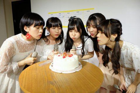 女團「AKB48 Team TP」20日舉辦生日會,恰巧與發片時間相當接近,讓劉語晴、劉曉晴、賈宜蓁、蔡伊柔、羅瑞婷5位壽星興奮不已,許願希望大家都能夠越來越好。劉曉晴提到自己的生日都是暑假,以前常...