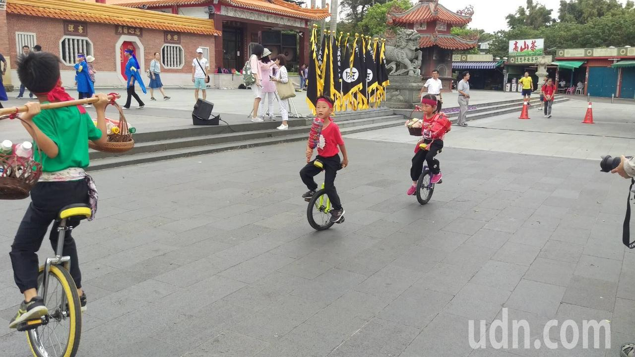 9歲的楊以諾、7歲楊以樂、7歲楊以恩各騎獨輪車挑擔入場,相當吸睛。圖/蔡淑儀提供