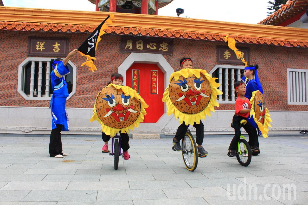 9歲的楊以諾(中)、7歲楊以樂(左)、7歲楊以恩(右)從小學獨輪車,富有冒險精神...