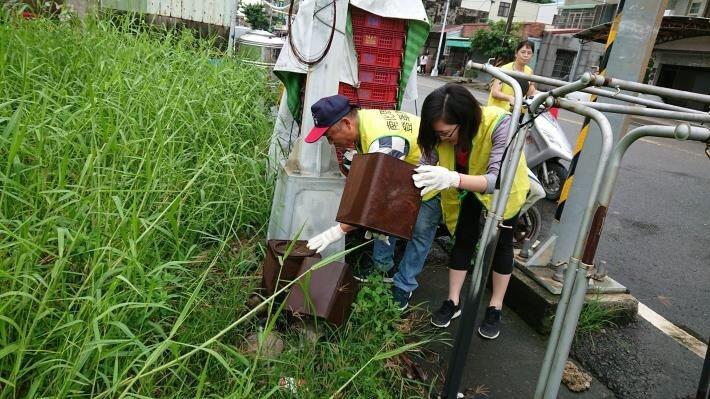 台南市動員全市進行病媒蚊孳生源清除,以免登革熱疫情擴散。圖/衛生局提供